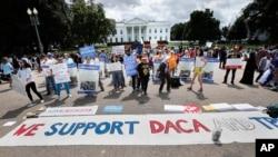 Para pendukung program DACA, berunjuk rasa di Pennsylvania Avenue, depan Gedung Putih, Washington D.C., 3 September 2017. (AP Photo/Pablo Martinez Monsivais)