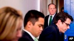 El secretario de prensa de la Casa Blanca, Sean Spicer, llega a la rueda de prensa diaria en la Casa Blanca en Washington, el jueves 16 de marzo de 2017.