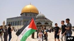 Waumini wa Kiislam wa Palestina wakusanyika kufanya ibada katika uwanja wa msikiti wa al-Aqsa, eneo la tatu kwa utukufu katika dini ya Kiislam, Mei 21,2021.(Photo by AHMAD GHARABLI / AFP)