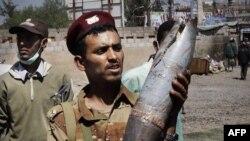 Một người lính đào ngũ cho thấy 1 vỏ pháo được cho là do quân đội trung thành với Tổng thống Saleh bắn ở thủ đô Sanaa, Yemen, 27/10/2011