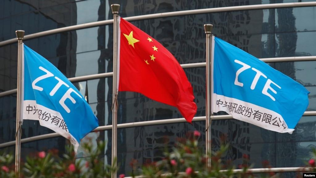 中國企業中興通訊在深圳的總部外飄揚的該公司旗幟和中國國旗。 (2016年4月28日)