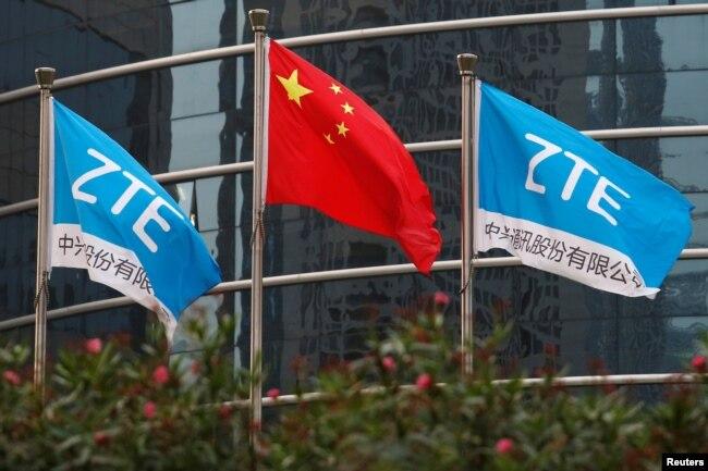 中国企业中兴通讯在深圳的总部外飘扬的该公司旗帜和中国国旗。(2016年4月28日)