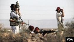 Pasukan pemberontak Libya melakukan patroli di kawasan gurun di barat daya Tripoli (4/6).