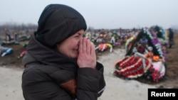 在馬里烏波爾砲擊中失去親人的一名婦女在痛苦
