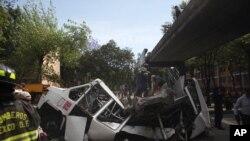 墨西哥阿卡普爾科附近發生7.4級大地震﹐消防員努力將因為地震影響遭橋樑混凝土壓著的小巴士司機救出﹐幸僅受輕傷