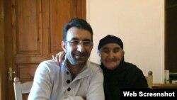 Qənimət Zahid və anası (Foto Qənimət Zahidin Facebook səhifəsindən götürülüb)