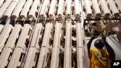 Technicien ajustant des câbles de réseau internet au bureau de poste principal à New York.