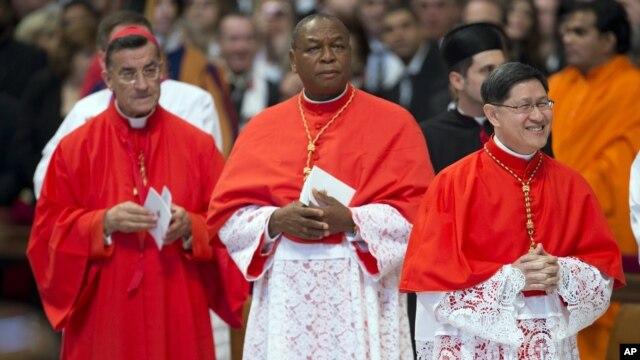Từ trái qua là ba trong số sáu Hồng Y mới được bổ nhiệm tới từ Liban, Nigeria và Philippines bên trong Đền thờ Thánh Phêrô, Vatican, 24/11/2012