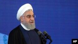 하산 로하니 이란 대통령이 18일 테헤란 이맘 호메이니 국제공항에서 열린 기념식에서 연설하고 있다.