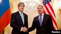 존 케리 미국 국무장관(왼쪽)이 30일 프랑스 파리에서 세르게이 라브로프 러시아 외무장관과 우크라이나 사태 해법을 논의했다.