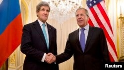 Menlu AS John Kerry (kiri) dan Menlu Rusia Sergei Lavrov melakukan pertemuan di kediaman Dubes Rusia di Paris, Minggu (30/3).