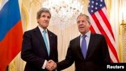 Državni sekretar Džon Keri i ruski ministar inostranih poslova Sergej Lavrov pred današnji sastanak, Pariz, 30. mart, 2014.