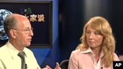 美国广播理事会信息系统和技术部门的专家肯.伯曼(左)和美国传统基金会资深研究员哈利戴尔