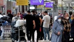 독일 베를린 테겔 공항의 여행객들. (자료사진)