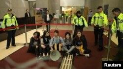 香港众志和岭大学生在政府总部大堂静坐抗议修订逃犯条例