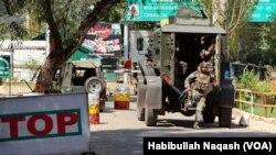 اوڑی فوجی تنصیب کے باہر موجود بھارتی فوجی اہلکار- فائل فوٹو
