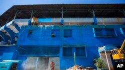 El Estadio Latinoamericano en La Habana, Cuba, es reparado en preparación para el primer juego de exhibición del Béisbol de Grandes Ligas entre los Tampa Bay Rays y la Selección Nacional Cubana el 22 de marzo.