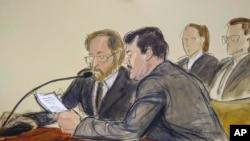 """En este dibujo hecho en una sala de la corte federal de Brooklyn, en Nueva York, el miércoles 17 de julio del 2019, Joaquín """"El Chapo"""" Guzmán, a la derecha, lee un documento, junto a un intérprete, minutos antes de ser sentenciado a cadena perpetua."""