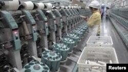 中國新疆阿克蘇雅戈爾集團的棉紡織廠工人在工作。(2015年12月1日)