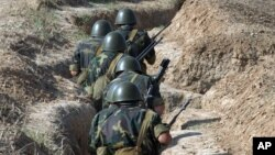 Binh sĩ Armenia tập trận ở vùng Nagorno-Karabagh năm 2004.