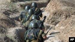 Arman askarlari Tog'li Qorabog'da mashq qilmoqda. 2004-yilgi surat.