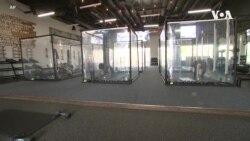 VOA英语视频: 健身房打造社交距离隔离舱 顾客可安心锻炼