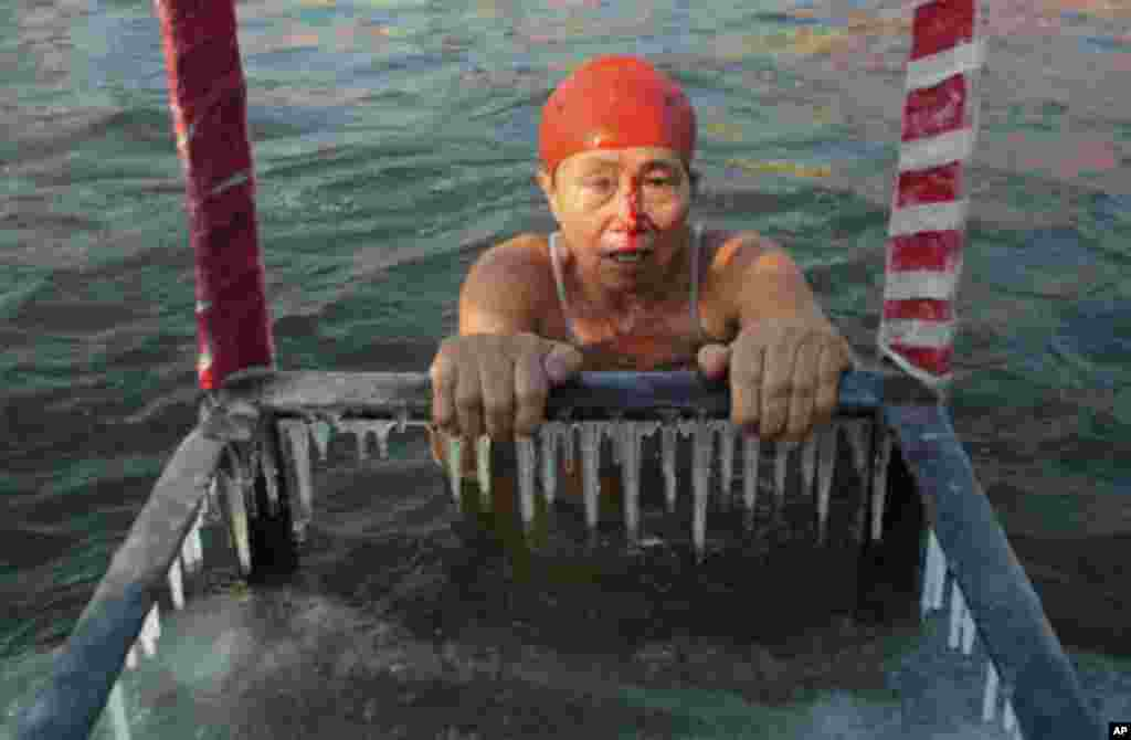 A woman bleeds after she swam into a frozen portion of the icy water during a winter swimming competition at Songhua River in Harbin, Heilongjiang province January 5, 2012. REUTERS/Sheng Li (CHINA - Tags: ENVIRONMENT SPORT SWIMMING SOCIETY)
