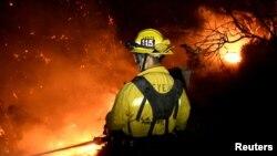 Des pompiers combattent l'incendie près de Montecito, Californie, le 16 décembre 2017.