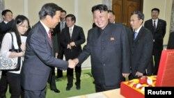지난해 7월 한국전 정전 60주년 기념 '전승절' 행사 참석차 방북한 리위안차오 중국 국가부주석(왼쪽)이 김정은 북한 국방위원회 제1위원장과 만나 악수하고 있다.