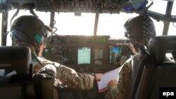 Các phi công trên chiếc trực thăng C-130 Hercules của Anh đang hỗ trợ tìm kiếm máy bay mất tích EgyptAir 804 ở biển Địa Trung Hải ngày 19/5/2016.