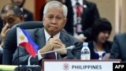 Bộ trưởng Ngoại giao Philippines Albert del Rosario