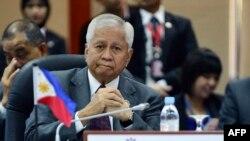 在文莱参加东盟地区论坛会议的菲律宾外长罗萨里奥
