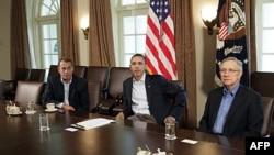 Temsilciler Meclisi Başkanı John Boehner, Başkan Barack Obama ve Senato çoğunluk lideri Harry Reid (Beyaz Saray, 23 Temmuz 2011)