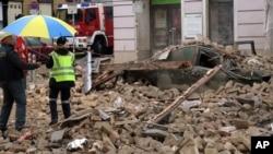 Austria Building CollapseDes policiers se tiennent sur des gravats d'un immeuble à Vienne, Autriche, 26 2014.