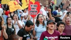 示威者在洛杉矶的联邦大楼外声援《童年入境者暂缓遣返行动》。(2017年9月1日)