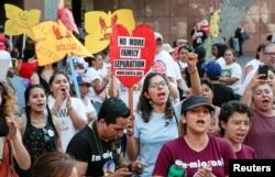 '불법체류 청년 추방 유예(DACA)' 프로그램을 지지하는 주민들이 1일 로스앤젤레스 도심 연방청사 앞 집회에서 구호를 외치고 있다.