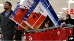 Ahmad Ali dan istrinya Ghalzal, memborong tiga TV ketika berbelanja di pusat pertokoan Target pada saat Black Friday di Portland, Maine, AS (28/11/2014).