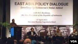 """Wapres Boediono berbicara dalam """"East Asia Policy Dialog : Levelling Up Indonesia's Value Added"""" di Yogyakarta (17/4). Juga tampil dalam acara itu adalah (duduk dari kiri ke kanan) Fukunari Kimura (ERIA), ekonom UI Iwan Jaya Azis dan ekonom UGM Tony A. Prasetyantono."""