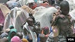 Warga Somalia yang mengungsi akibat kekeringan dan kelaparan tinggal di tenda-tenda darurat di ibukota, Mogadishu, Senin (25/7).