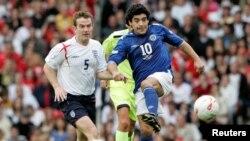 រូបឯកសារ៖ អតីតកីឡាករបាល់ទាត់អាហ្សង់ទីនលោក Diego Maradona (ពាក់អាវពណ៌ទឹកប៊ិចលេខ១០) កំពុងប្រកួតកីឡាបាល់ទាត់ជាមួយនឹងក្រុមបាល់ទាត់អង់គ្លេសសម្រាប់សប្បុរសធម៌ នៅទីក្រុង Manchester ប្រទេសអង់គ្លេស ថ្ងៃទី២៧ ខែឧសភា ឆ្នាំ២០០៦។