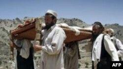 Dân làng khiêng xác nạn nhân vụ đánh bom nhắm vào đám cưới ở thị trấn Dur Baba, ngày 9/6/2011
