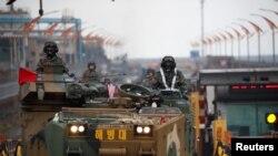 美韩年度军事演习期间韩国两栖突击车辆(资料照片)