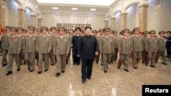 북한의 김정은 국방위원회 제1위원장이 김일성 주석 사망 21주기인 8일 0시 인민군 간부들을 대동하고 김 주석의 시신이 안치된 금수산태양궁전을 참배했다고, 북한 관영 '조선중앙통신'이 보도했다.