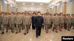 북한의 김정은 국방위원회 제1위원장(가운데)이 김일성 주석 사망 21주기인 지난 8일 0시 인민군 간부들을 대동하고 김 주석의 시신이 안치된 금수산태양궁전을 참배했다고, 북한 관영 '조선중앙통신'이 보도했다.