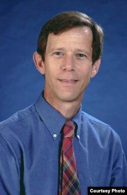 戴维•芬克尔霍教授。
