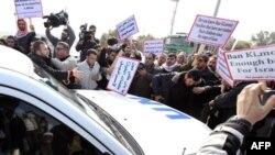 Người Palestine biểu tình vây quanh đoàn xe của Tổng thư ký LHQ tại cửa khẩu Erez giữa biên giới Israel và dải Gaza, ngày 2/2/2012