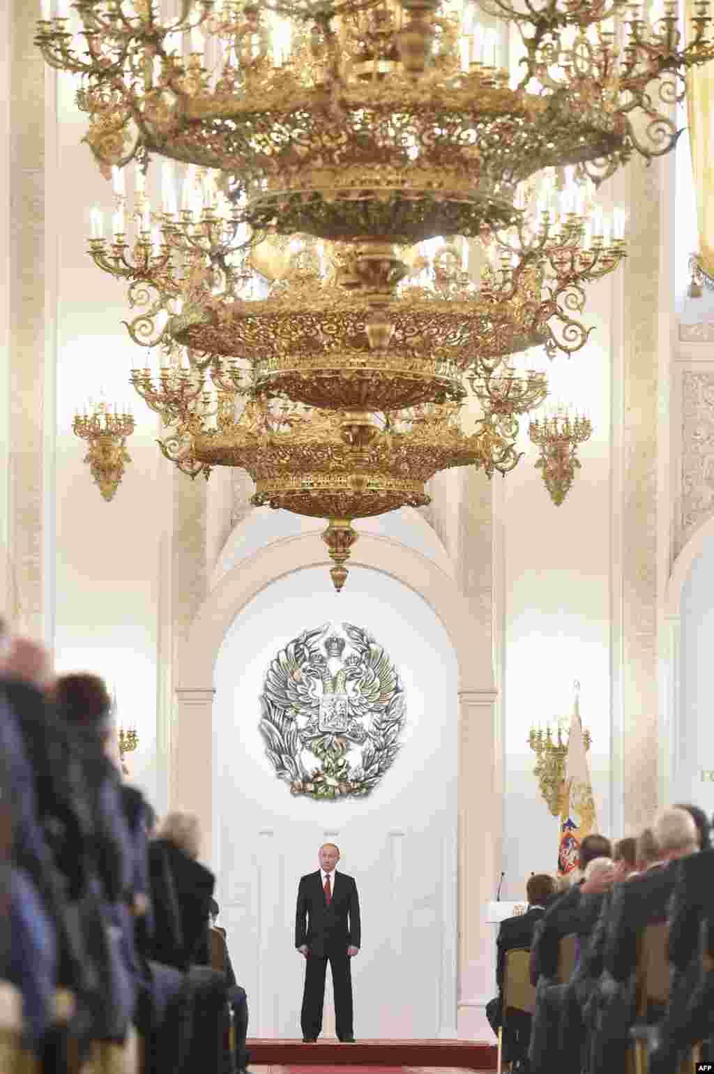 លោក Vladimir Putin ប្រធានាធិបតីរុស្ស៊ីស្ថិតក្នុងពិធីបុណ្យប្រគល់រង្វាន់ State Prize ដើម្បីអបអរបុណ្យឯករាជ្យជាតិរបស់រុស្ស៊ី នៅវិមាន Grand Kremlin ក្នុងក្រុងមូស្គូ។