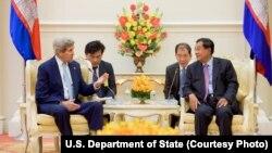 លោក John Kerry រដ្ឋមន្ត្រីការបរទេសសហរដ្ឋអាមេរិក ពិភាក្សាជាមួយលោកនាយករដ្ឋមន្ត្រី ហ៊ុន សែន នៅវិមានសន្តិភាពនៅរាជធានីភ្នំពេញកាលពីថ្ងៃទី២៦ ខែមករា ឆ្នាំ២០១៦។
