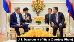 U.S. Secretary of State John Kerry, left, addresses Cambodian Prime Minister Hun Sen at the outset of a bilateral meeting at the Peace Palace in Phnom Penh, Cambodia, Jan. 26, 2016.