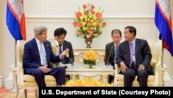 លោក John Kerry រដ្ឋមន្ត្រីការបរទេសសហរដ្ឋអាមេរិកជួបពិភាក្សាទ្វេភាគីជាមួយលោកនាយករដ្ឋមន្ត្រី ហ៊ុន សែន នៅវិមានសន្តិភាពនៅរាជធានីភ្នំពេញ កាលពីថ្ងៃអង្គារទី២៦ ខែមករា ឆ្នាំ២០១៦។